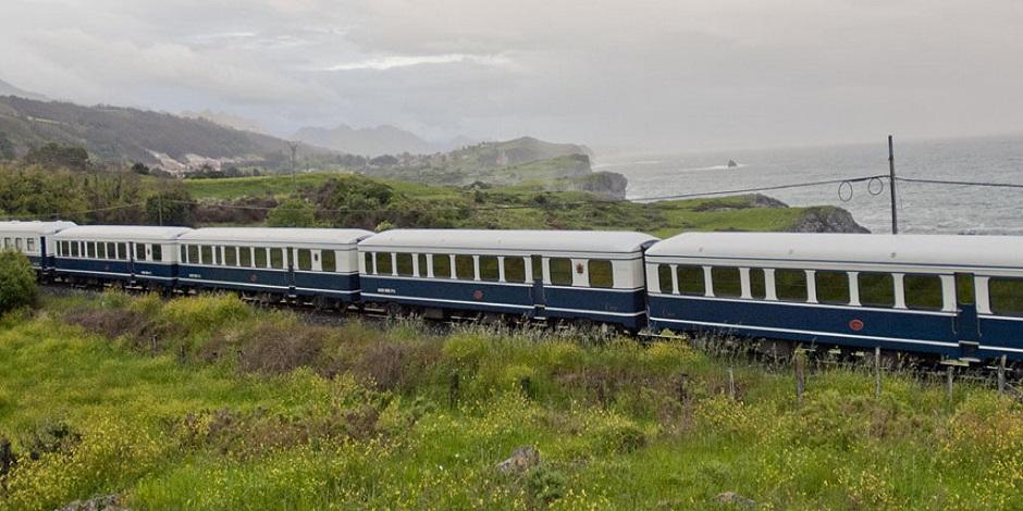 Train El Transcantabrico Classico en bord de mer