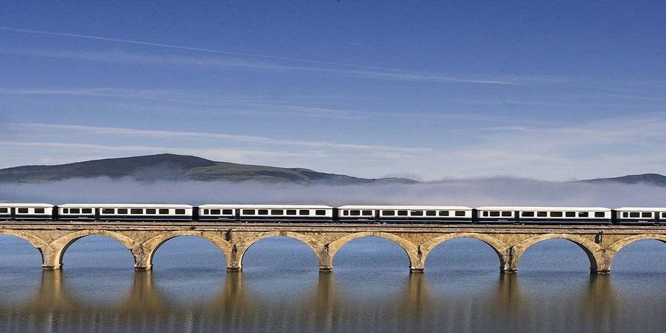 Train El Transcantábrico Clasico sur un pont