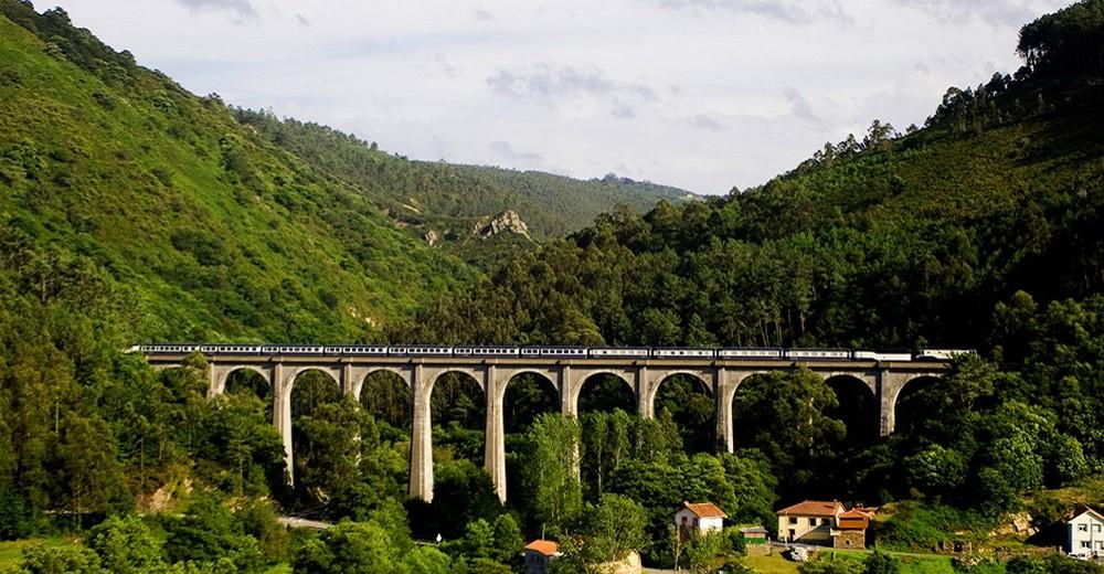 Train El Transcantábrico Clasico sur un autre pont