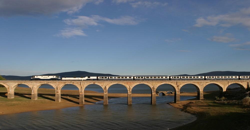 Train El Transcantabrico Gran Lujo sur un pont