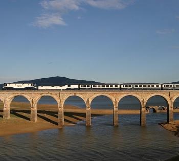 Train El Transcantabrico classico sur un pont